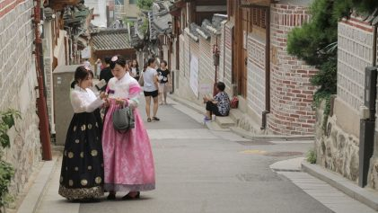 Bukchon Hanok VIllage Seoul, Korean Girls in Traditional Clothing | ANYDOKO